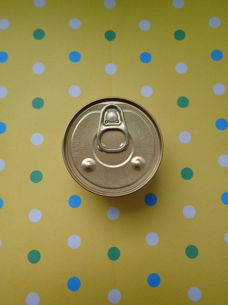 寵物罐頭裡頭除了該有的肉、蔬菜及營養以外,大多數也還含有人工添加物,包括一種具有爭議的添加物-卡拉膠,為何要加進寵物罐頭裡?